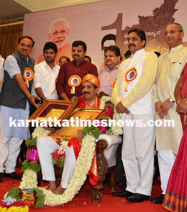 """MP Nalin Kumar Kateel who was titled as the """"Number-1 MP"""" was felicitated By  Ananth Kumar,  (Union Minister for Chemicals and Fertilizers) in Mangaluru on Thursday. Mysooru MP Prathapa Simha, Present in this moment"""